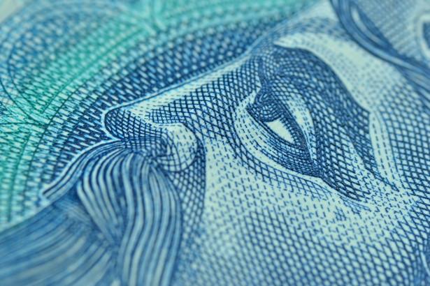 Zbliżenie na banknot 50-złotowy.