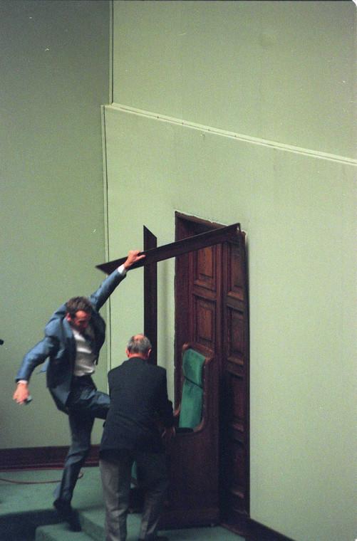 Posłowie AWS wieszają krzyż w Sejmie w 1997 roku, obrywając framugę znad drzwi