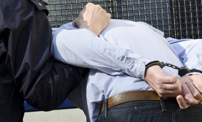 policjant aresztuje mężczyznę
