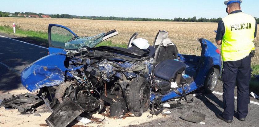 Przerażający wypadek pod Namysłowem! Z auta prawie nic nie zostało