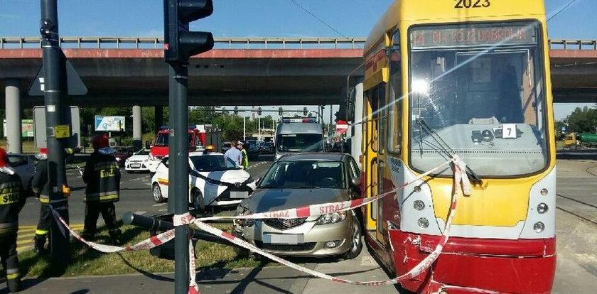 Wypadek tramwaju z osobówką. Utrudnienia