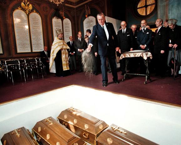 Posmrtni ostaci Nikolaja II, članova njegove porodice i sluga u hramu Petropavlovske tvrđave