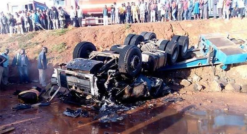 Wreckage of the tanker that was transporting sulfuric acid along the Eldoret-Webuye highway (Twitter)