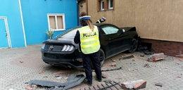 Straszny wypadek w Szczytnie. Mustang wjechał w wózek z bliźniakami