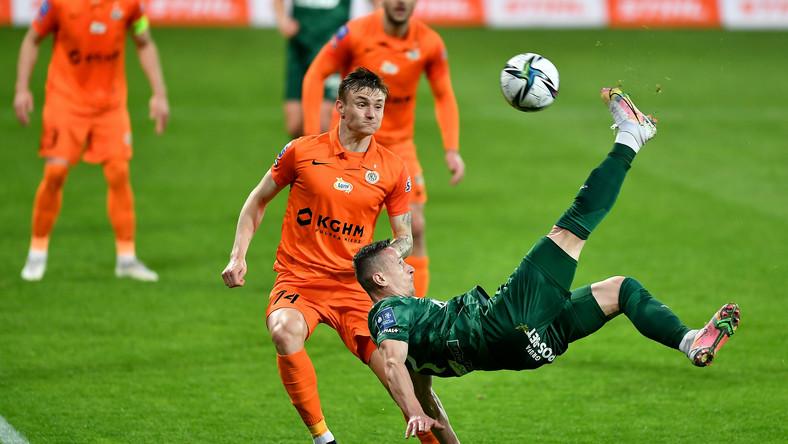 Piłkarz Śląska Wrocław Robert Pich (P) i Jakub Żubrowski (L) z KGHM Zagłębia Lubin podczas meczu Ekstraklasy