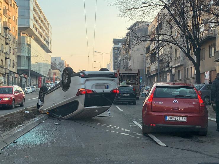 sudar prevrnuti auto na krov