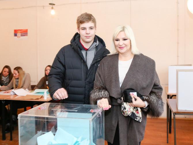 Kaputi koje su nosile Zorana Mihajlović i Čedina supruga su APOSLUTNI MODNI HIT: A njihova tajna je U OVIM DETALJIMA