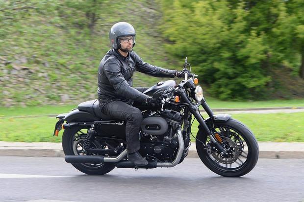 Harley-Davidson Roadster na drodze