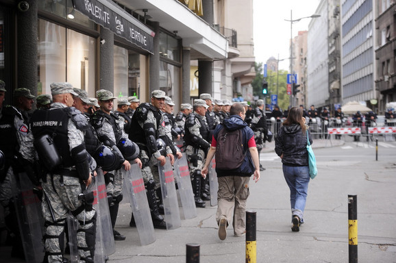 Jake policijske snage obezbeđuju učesnike parade