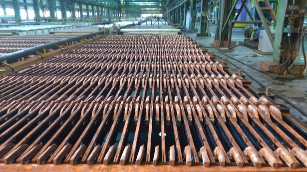 """""""W 2018 r. nie odnotowano przekroczenia emisji dopuszczalnej godzinowej arsenu w pyle z Huty Miedzi Głogów. KGHM prowadzi program inwestycyjny związany z przystosowaniem instalacji technologicznych do wymogów dla przemysłu metali nieżelaznych. W efekcie emisja pyłów i arsenu będzie ulegać obniżeniu""""."""