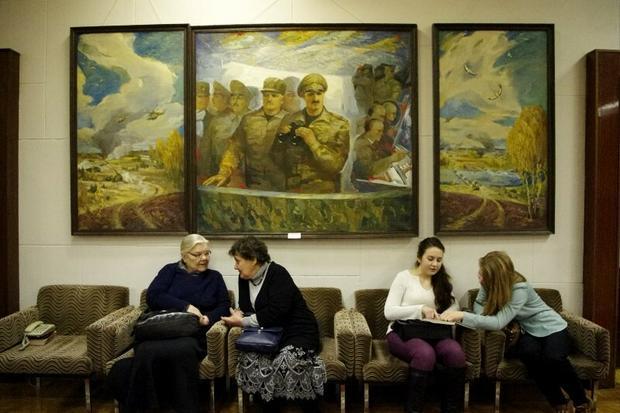 Tryptyk: Szczyt ojcostwa. Obraz we foyer teatru Janki Kupały w Mińsku