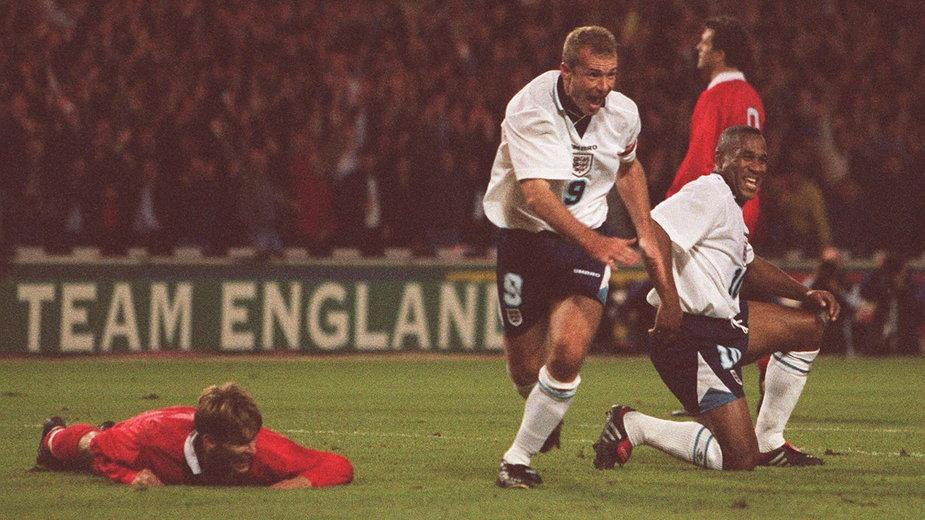 Alan Shearer cieszy się z gola przeciwko Polsce w 1996 r.