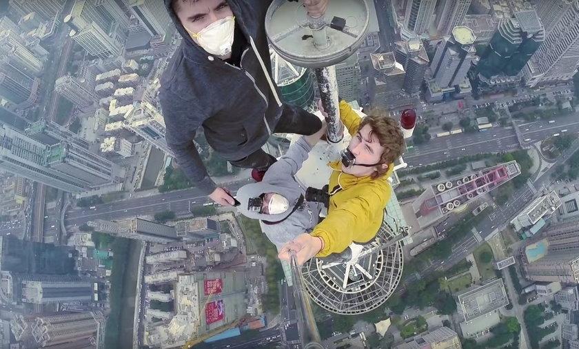 Weszli na 384 metrowy wieżowiec