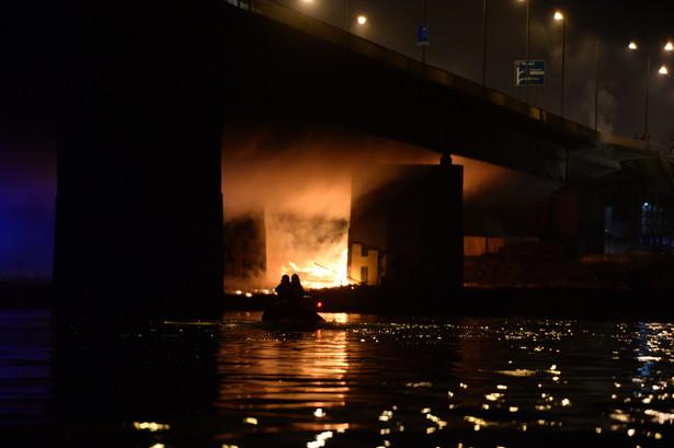 Pożar po praskiej stronie Mostu Łazienkowskiego w Warszawie, PAP/Jacek Turczyk