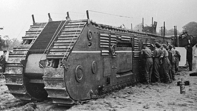 """""""Czy budowa podziemnego czołgu miała sens? Dziś możemy powątpiewać, ale ponad siedemdziesiąt lat temu żadnych wątpliwości nie było. Wspomnienia pierwszej wojny światowej był zbyt świeże. Toczono ją w okopach, a każda próba zaatakowania przeciwnika zapowiadała krwawą jatkę"""" - informuje wp.pl"""