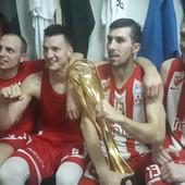 """CRVENA ZVEZDA I LUDA ABA PROSLAVA Zašto su crveno-beli košarkaši """"brijali grudi"""" nakon što su zgazili Budućnost? /VIDEO/"""