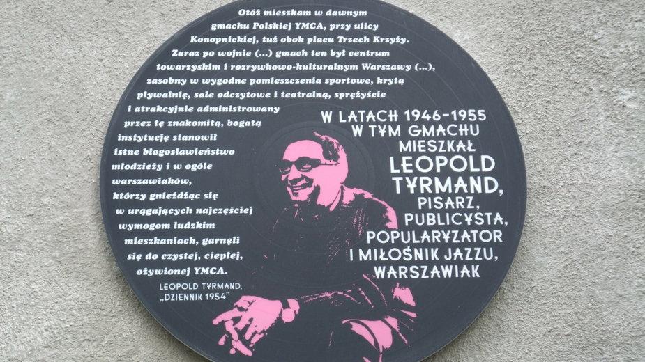 Tablica pamiątkowa na budynku YMCA przy ulicy Konopnickiej w Warszawie