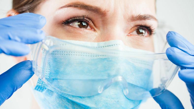 Kobieta w maseczce płacze, pandemia Covid-19