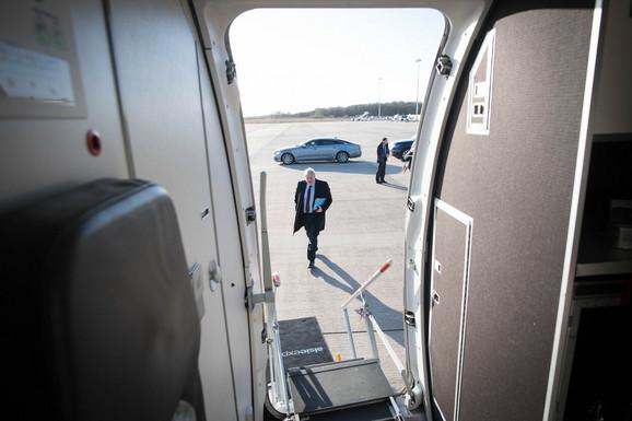 Džonson se ukrcava u avion