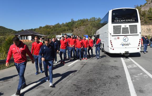 Vladan Milojević i fudbaleri Crvene zvezde napuštaju autobus