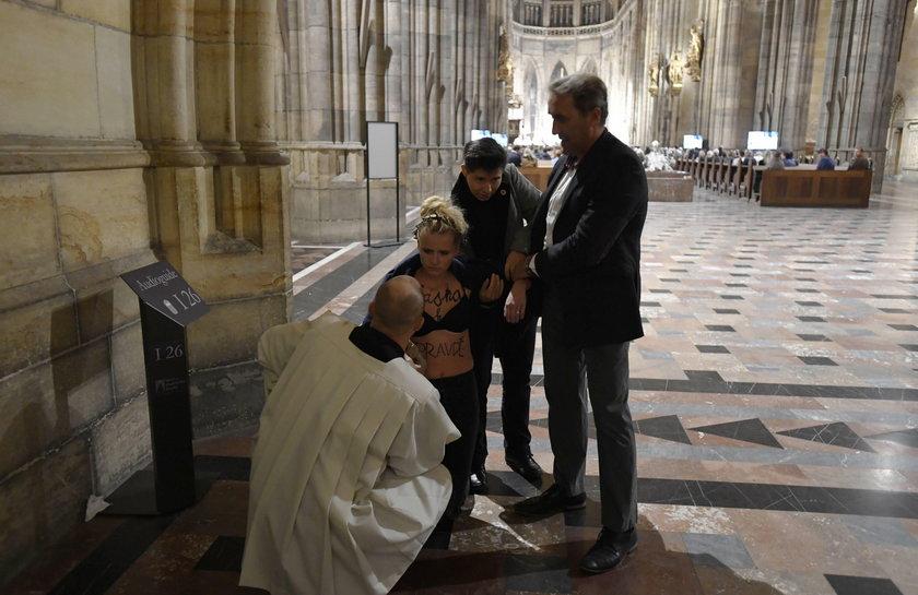 Czechy: Protest na mszy ku czci Jana Pawła II. Kobieta się rozebrała