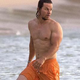 Mark Wahlberg bez koszulki. Co za klata!