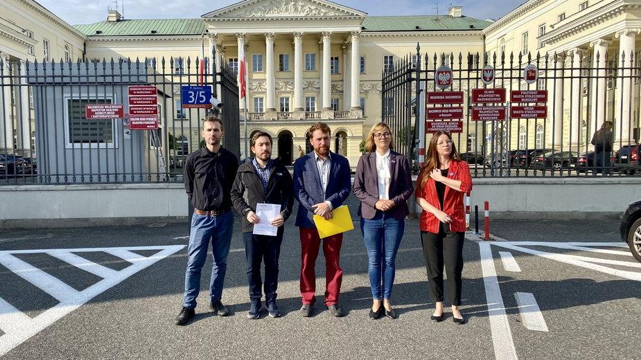 Przedstawiciele MJN i posłanka Magdalena Biejat złożyli dziś zawiadomienie do prokuratury w związku ze sprzedażą działki na Kamionku