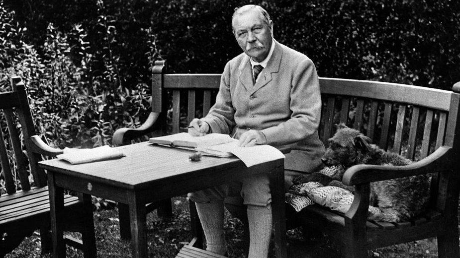 Sir Arthur Conan Doyle podczas pracy w swoim ogrodzie w Bignell Wood, New Forest (1927 r.)
