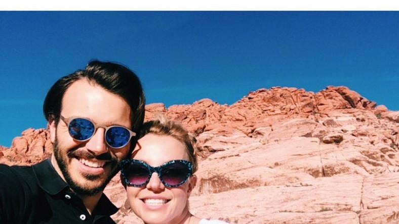 """""""Ten facet…"""" – napisała podekscytowana piosenkarka. Britney Spears spotyka się Charliem Ebersolem, telewizyjnym producentem i scenarzystą. – Jest przemiłym mężczyzną i świetnie się bawią, poznając się coraz lepiej – zdradził informator. – Na razie to początek, nie wiadomo, czy będzie z tego coś poważnego"""