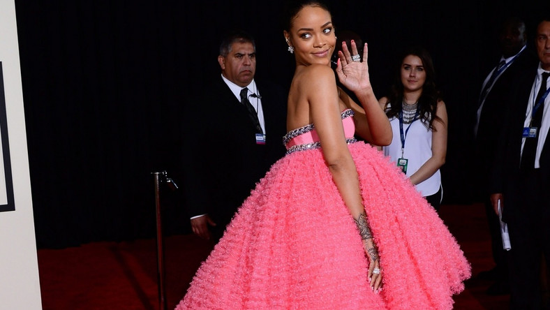 Zdania na temat kreacji Rihanny –sukni z nowej kolekcji Giambattista Valli –są podzielone