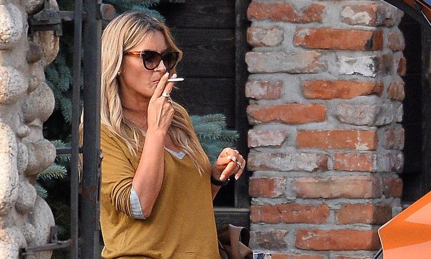Karolina Szostak pali papierosy