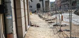 Na remontowanej Krakowskiej piesi brodzą w piachu i kurzu
