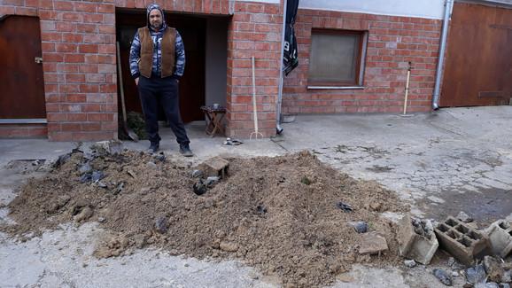 Zemlja iz rasadnika sa tujama iskopana bagerom i prosuta pred ulaz u Slobodanovu kuću