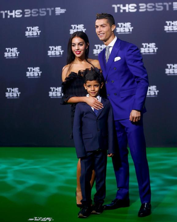 Ronaldo sa devojkom i sinom