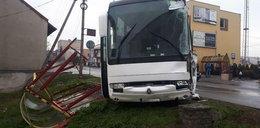 Autobus zmiótł przystanek. Wszystko przez oblodzenie drogi