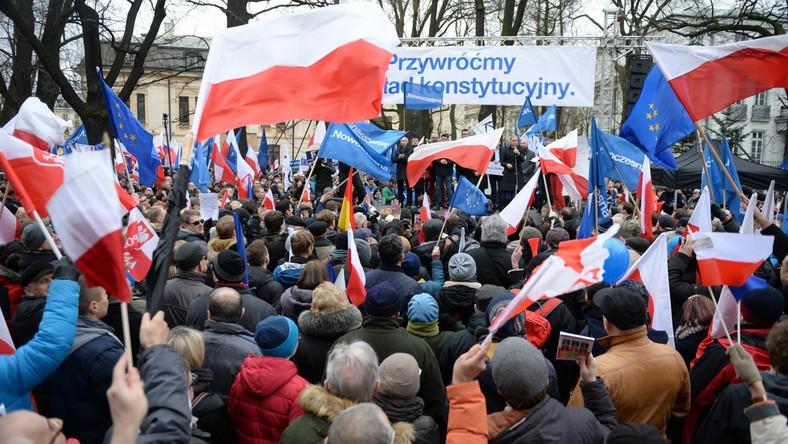 """Manifestacja, pod hasłem """"Przywróćmy ład konstytucyjny"""" ma związek ze środowym orzeczeniem Trybunału Konstytucyjnego oraz wydaną w piątek opinią Komisji Weneckiej na temat zmian w ustawie o TK."""