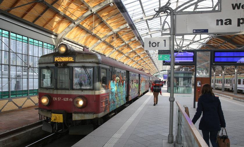 Pociąg na dworcu we Wrocławiu