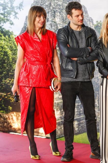 ... Dość ekstrawagancki czerwony komplet kamizelko-bluzki i spódnicy z bardzo długim rozcięciem można by jeszcze zaakceptować, ale czarne rajstopy w zestawieniu z nim i złotymi szpilkami wyglądały po prostu źle!