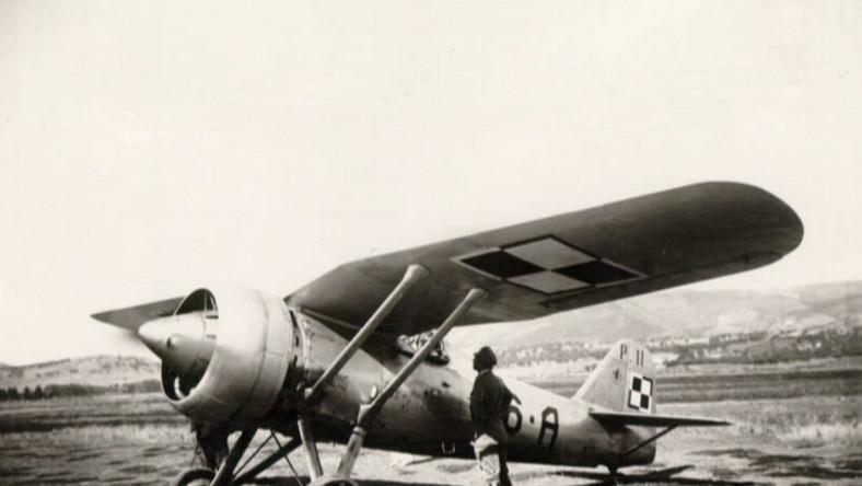"""""""Jedenastka"""" była na początku lat 30. XX wieku jednym z najnowocześniejszych myśliwców na świecie. Samolot słynął ze zwrotności i świetnej widoczności z kabiny pilota. Charakterystyczne, wygięte skrzydła nazywano na świecie polskim płatem. Licencję na tę konstrukcję kupiła Grecja, Turcja, Rumunia i Bułgaria, a kopiowały USA, Francja i Związek Radziecki"""