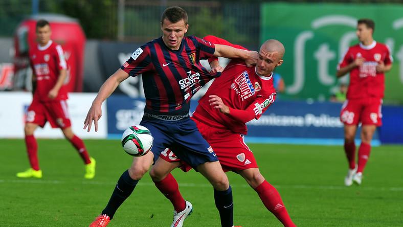 Zawodnik Pogoni Szczecin Mateusz Matras (L) walczy o piłkę z Martinem Nesporem (P) z Piasta Gliwice podczas meczu polskiej Ekstraklasy