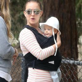 Natalie Portman na spacerze z córeczką Amalią!