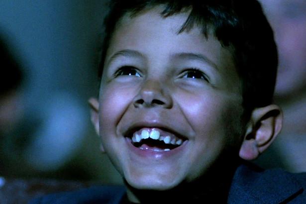 Kino Paradiso Salvatore, znany włoski reżyser, na wieść o śmierci starego kinooperatora Alfredo przyjeżdża do swojego rodzinnego miasteczka na pogrzeb. Następuje retrospekcja w czasy dzieciństwa – Toto (jak nazywano Salvatore) jest wychowywany przez samotną matkę. Jedyną rozrywką w mieście jest małomiasteczkowe kino Cinema Paradiso, gdzie zafascynowany filmami chłopiec pomaga operatorowi Alfredo. Filmy cenzuruje ksiądz Adelfio, który dbając o dusze swoich owieczek, każe wycinać sceny pocałunków. Pewnego dnia dochodzi do tragedii – kino zostaje strawione przez pożar, zaś Alfredo w wyniku oparzeń traci wzrok, lecz zostaje uratowany przez małego Toto. Cinema Paradiso zostaje odbudowane i otwarte pod nazwą Nuovo cinema Paradiso, a funkcję operatora otrzymuje w nim dorastający Salvatore. Gatunek: dramat (1988) Reżyseria: Giuseppe Tornatore Aktorzy: Philippe Noiret, Salvatore Cascio, Marco Leonardi