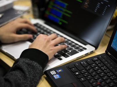 Niektórzy eksperci twierdzą, że już samo patrzenie na kod źródłowy przez osoby spoza firmy może być niebezpieczne
