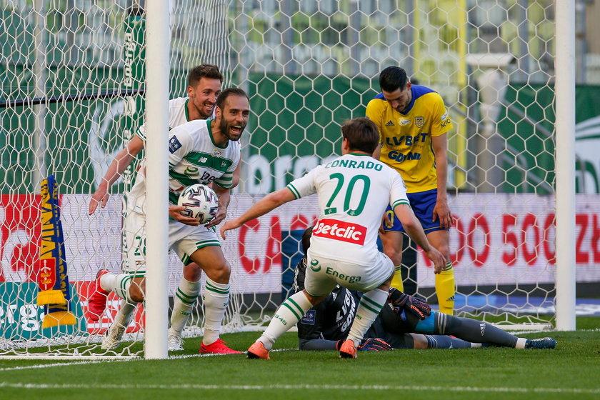 Spragnieni futbolu kibice z kilkunastu krajów mogli w miniony weekend włączyć telewizory i zobaczyć polską ligę.