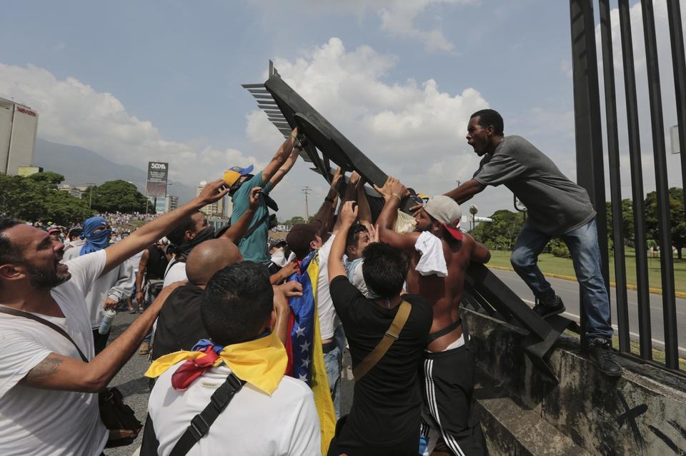 """Maduro chce zwiększyć poziom militaryzacji społeczeństwa, poprzez wciągnięcie do armii kolejnych 100-500 tys. cywili. W jego planie """"każdy członek milicji"""" ma posiadać broń. Wenezuelczykom poradził zaś, by wybrali, czy """"trzymają się z ojczyzną"""", czy """"są przeciwko niej"""". W środę 19 kwietnia Maduro oskarżył lidera opozycji Julio Borgesa o """"zbrodnie przeciwko konstytucji""""."""