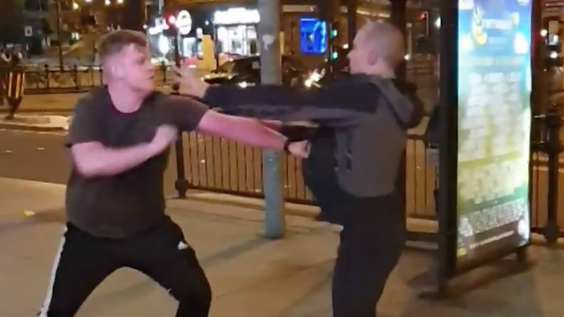 Typ benutzt tote Taube als Waffe in Streetfight