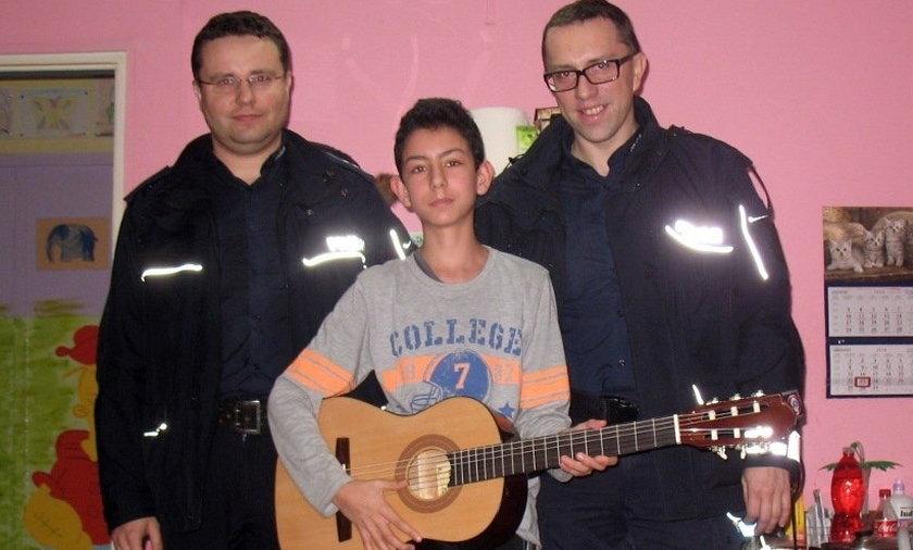 Policjanci podarowali chłopcu gitarę na święta