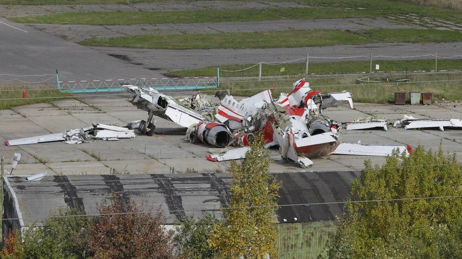 Szczątki Tu-154M na terenie wojskowego lotniska Siewiernyj w Smoleńsku, 2010 r.