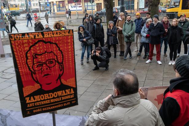 Pikieta przeciwko dzialaniom organow scigania w sprawie morderstwa dzialaczki lokatorskiej Jolanty Brzeskiej .