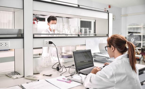 Aby łatwiej było zrozumieć, na czym polega innowacja zaproponowana przez badaczy z Gdańskiego Uniwersytetu Medycznego, musimy sobie odpowiedzieć na pytanie: jak dzisiaj wygląda rozpoznanie zakażeń układu moczowego?
